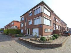 Rustig gelegen woning met 2 appartementen met garage en tuin bestaande uit: 2 opritten voor telkens 1 wagen, inkomhal, 2 garages met automatische sect