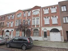 """In wijk """"Groenenhoek"""" bevindt zich deze volledig te renoveren burgerwoning bestaande uit: ruime inkomhal met hoog plafond, living (2 plaatsen), keuken"""