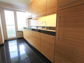 Mooi hedendaags appartement gelegen op de 9e verdieping met lift bestaande uit: inkomhal met vestiairekast en bezemkast, geïnstalleerde keuken me