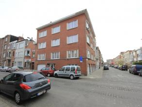 Zeer goed gelegen appartement op de 3e verdieping (zonder lift) bestaande uit: inkomhal, living, keuken, badkamer, terras, 2 slaapkamers, fietsenbergi