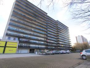Op wandelafstand van Berchem station ligt dit mooi en ruim appartement op de 7e verdieping (lift) bestaande uit: inkomhal met ingemaakte kasten, recht
