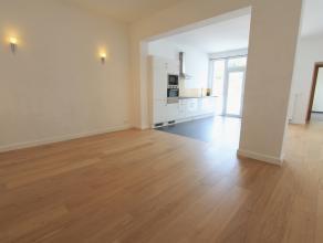 Prachtig gerenoveerd gelijkvloers appartement op Zurenborg bestaande uit: inkomhal met videofonie, grote slaapkamer, gezellige leefruimte met open ge&