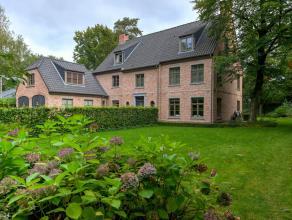 Luxe villa met o.a. 6 slaapkamers, 3 badkamers, bureel en inpandige garage omringd door een fraai aangelegde tuin met verwarmd zwembad, residentieel e