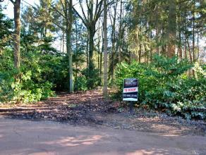 Mooi perceel grond met een oppervlakte van 1.785 m2 gelegen in specifiek woongebied met bosrijk karakter.