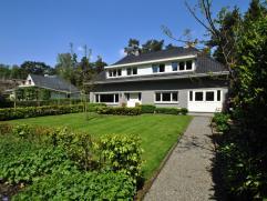 """Residentieel gelegen vrijstaande villa aan een van de mooiste lanen van Heide-Kalmthout en direct grenzend aan de """"Withoefse Heide"""", met grote leefrui"""