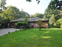 Ruime, zuidwest georiënteerde gelijkvloerse villa, in het groen toch centraal gelegen op een perceel van ca. 2.472m² te Heide.