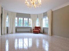 Zeer gunstig gelegen, goed onderhouden villa met aangelegde tuin, 4 slaapkamers en 2 badkamers, op een perceel van 714 m2.