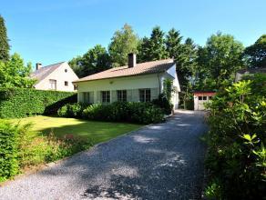 Charmante en gelijkvloerse villa, rustig in het groen en toch centraal gelegen met leefkeuken, living en 2- 3 slaapkamers, 1 badkamer, grote zolder en