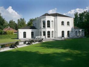 Mooi en rustig in het groen gelegen ruime villa op een perceel van 2.975 m2 met o.a. 4 slaapkamers, 2 badkamers en sauna.