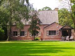 Sfeervolle en gemoderniseerde villa, centraal en in het groen gelegen recht tegenover de Kalmthoutse Heide met grote leefruimte, 4 slaapkamers, 2 bad/