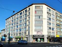 Dit appartement op de 4 de verdieping beschikt over 2 slaapkamers en een autostaanplaats. Centraal gelegen nabij invalswegen, winkels, openbaar vervoe