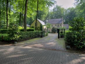 Rustig in het groen en toch centraal gelegen, hedendaagse villa met 4 slaapkamers en 3 badkamers op een perceel van ca. 2.004 m².