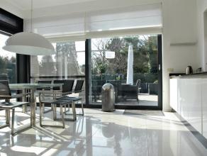 Moderne en energiezuinige luxe villa met o.a. ruime en zeer lichte leefruimtes, 4 slaapkamers, 2 badkamers en zolderverdieping. Rustig en in het groen