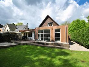 Charmante villa centraal en in het groen gelegen recht tegenover de Kalmthoutse Heide met grote leefruimte, ruime moderne leefkeuken, 3 slaapkamers en