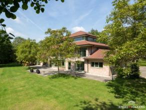 In een residentiële buurt van De Pinte vindt u deze moderne villa gebouwd in 1996 op een afgesloten perceel van 4319 m² met toegang via een