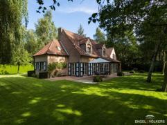 De voorbeeldig onderhouden, charmante landelijke woning werd gebouwd in 1995 op een perceel van 1841 m², gelegen in een groene, bosrijke omgeving