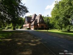 Deze kasteelvilla in het standingvolle Leiepark is gelegen op een toplocatie aan de oevers van de Leie in een waardevol parkdomein van ca 16.200 m&sup