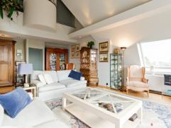 Dit ruim duplexappartement op de vijfde en zesde verdieping met zuidgericht terras (9m²) aan de keuken en riant dakterras (43m²) is strategi