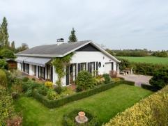 Strategisch gelegen bungalow met onderhoudsvriendelijke tuin en mooi zicht over de velden. Deze woning heeft een erg praktische indeling waarbij alle