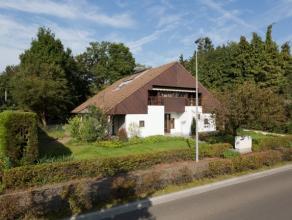 Deze ruime woning met oprit heeft een bewoonbare oppervlakte van 190 m² maar heeft een bruikbare oppervlakte van 270 m².Het gelijkvloers is