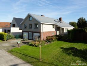 Deze villa, met bouwjaar 1976, staat op een perceel van 783 m² en heeft een bewoonbare oppervlakte van 240 m². Via de ruime inkomhal met ves