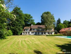 Deze ruime en degelijke villa met een bruikbare vloeroppervlakte van ca 590 m² bevindt zich op een ruim en open zuidgeoriënteerd perceel van