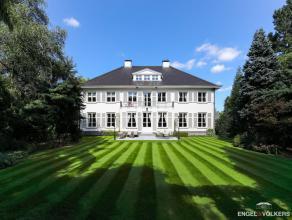 Volledig gerestaureerde villa met alle comfort waar alles in zijn oorspronkelijke stijl met zorg werd gerenoveerd. Binnenwandelen langs de imposante h