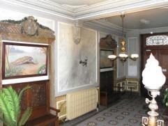 Ce spacieux appartement situé au premier étage d'une maison de Maître se compose d'un hall d'éntrée, grand living, c