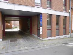 Surface commerciale (bureaux) sur 2 niveaux idéalement située dans le centre historique montois comprenant une entrée de 18 m&sup
