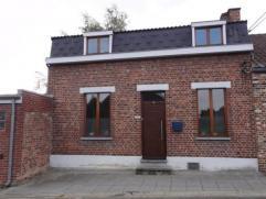 Située dans une rue à faible passage, très belle et lumineuse maison trois chambres aux volumes agréables, aux degr&eacute