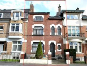 Superbe maison de boulevard à Mons, disposant au rez-de-chaussée : d'un hall d'entrée avec WC séparé, un living tr&