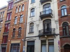 Proche des communautés, appartement 2 chambres (ou 3 sans salon) de +/- 100 m2. Bon état. Hall d'entrée donnant sur toutes les pi