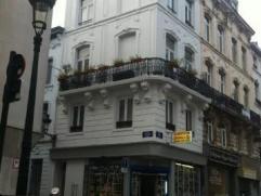 Proximite Grand Place et Bourse , Maison unifamiliale actuellement louée en 4 studios et un rez de chausse commercial.4 studios de 33 m² e