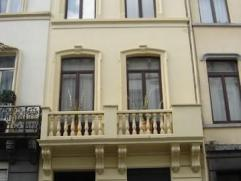 Au cœur du quartier européen, maison de +/- 300 m² divisée en trois appartement. RDC: appartement 1 chambre plus court à l?a
