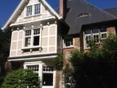 Superbe villa de style Anglo-Normand de 1905 en retrait de l'avenue Circulaire à Uccle. Sur un terrain de 38 ares, bien orientée avec co