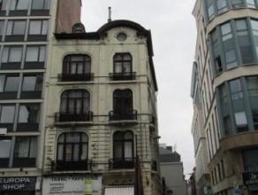 Bruxelles centre, dans une rue très commerciale, maison mixte de 320m² divisée en: 1 rez commercial de 70 m² plus cave (h4.30)