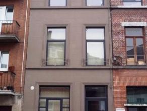 Place des Martyrs 4 à Mons. Beau Duplex situé en centre ville et composé de: hall d'entrée, séjour/salle à m