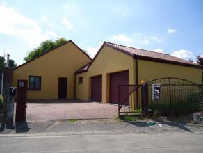Spacieuse villa 4 façades (2006 sous garantie décénale) sur 7 ares de terrain. Le rez dispose d'un hall d'entrée, s&eacute