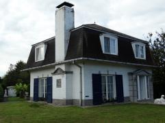 Deze charmante, stijlvolle villa in franse stijl is gelegen in het rustige hartje van Drongen.  De woning omvat: op het gelijkvloers: inkomhal met v