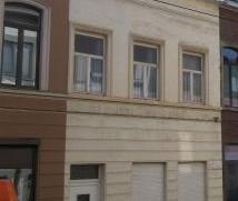 Ruime woning in het hartje van Ledeberg.  De woning is opgedeeld als volgt: op het gelijkvloers: inkom,living, keuken, berging, apart toilet en gara