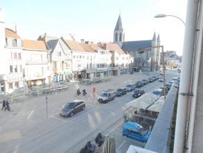 Luxe appartement op de Markt van Deinze, ruime living van 42m2 met massief parket. Terras aanwezig aan de voor en achterzijde. 2 slaapkamers met par