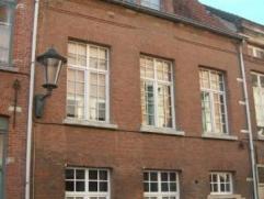Prachtige begijnenwoning gelegen in het centrum van Mechelen. Op het gelijkvloers vindt u de inkomhal met gastentoilet, een ruime/volledig uitgeruste