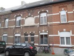 Rijhuis met koertje, gelegen op wandelafstand van openbaar vervoer. Gelijkvloers: Inkomhal, woonkamer van 46m², keuken en badkamer. Eerste verdie