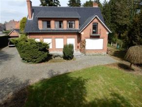 Goed onderhouden villa van 1960 op 26 are 16 ca grond. Gelegen op ongeveer 4 km van het centrum van Leuven. Inkomhal met toilet en vestiare, 64 m&sup2