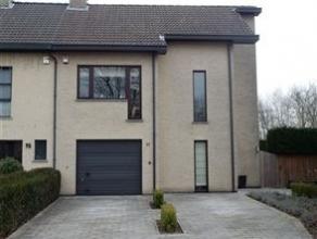 Aangename half-open bebouwing in de nabijheid van het Tivolipark te Mechelen! In deze aangename woning beschikt u over een ruime woon- en eetkamer met