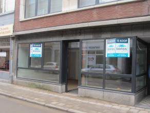 Gelijkvloers appartement (85 m2) met polyvalente ruimte (45 m2) voor handel, zelfstandige activiteit, praktijk. Appartement met inkomhal, open living,