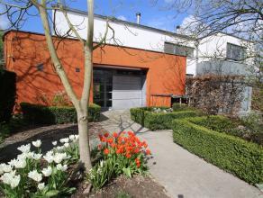Deze prachtige villa met 5 slaapkamers, 2 ruime polyvalente ruimtes, een garage en een zonnige, grote aangelegde tuin is zeer exclusief en residentiee