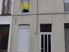 Knusse rijwoning met tuintje kort nabij het centrum van Ninove. De woning omvat een living, geïnstalleerde keuken, badkamer met douche en lavabom