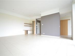 Arlon, trs bel appartement de 120 m² compos comme suit: hall d'entre avec dressing, vaste sjour lumineux donnant sur une grande terrasse avec vue