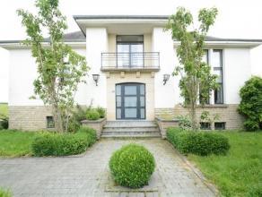Udange, maison de style des années 60 composée comme suit: niv -1: bureau ( ou chambre) donnant directement sur le jardin, caves, double